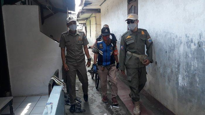 Petugas menyisir permukiman untuk menempelkan stiker bagi para pemudik yang baru datang ke Jakarta pada Senin (17/5/2021).
