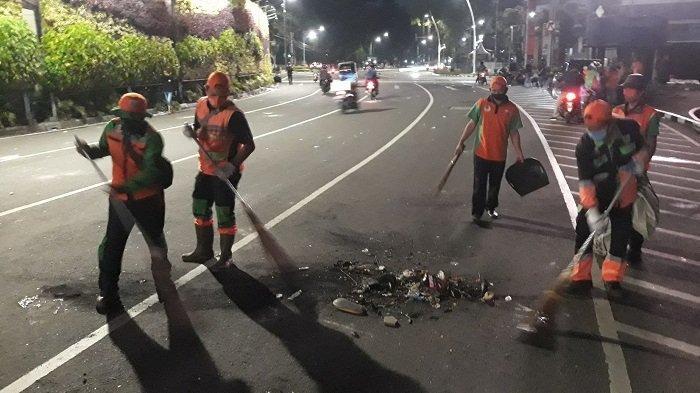 Unjuk Rasa Selesai, Petugas PJLP Lingkungan Hidup Bersihkan Sisa-sisa Kericuhan di Tugu Tani