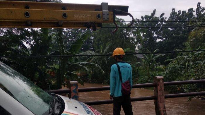 Monitoring yang dilakukan petugas PLN ULP Tambun ke sejumlah wilayah rawan banjir untuk memastikan layanan, Senin (8/2/2021).