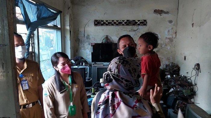 Petugas Puskesmas Deblongor dan Dinas Kesehatan Kota Tegal mengunjungi rumah VF, bocah tiga tahun yang doyan makan tanah, di rumahnya di RT 03 RW 01 Kelurahan Debonglor, Kecamatan Tegal Barat, Senin (13/9/2021).