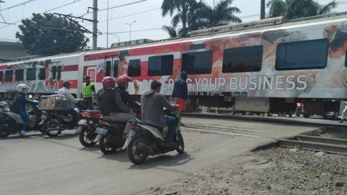Tak Berpalang Pintu, Lintasan Kereta Api di Jalan Raya Duri Kosambi Dijaga Warga