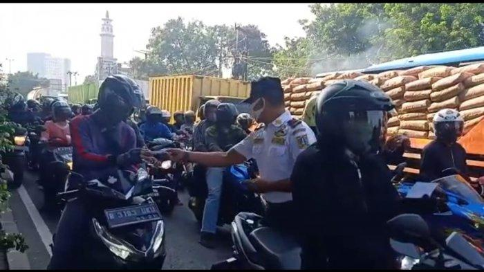 Upaya Urai Kemacetan, Petugas Dishub Jakarta Barat Survei Pengendara Motor di Jalan Daan Mogot