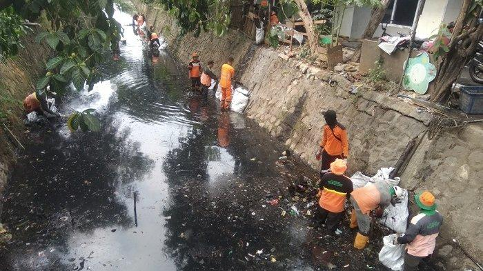 Setiap Minggu Ratusan Karung Sampah Dibagikan untuk Warga di Sekitaran Kali Tegal Amba
