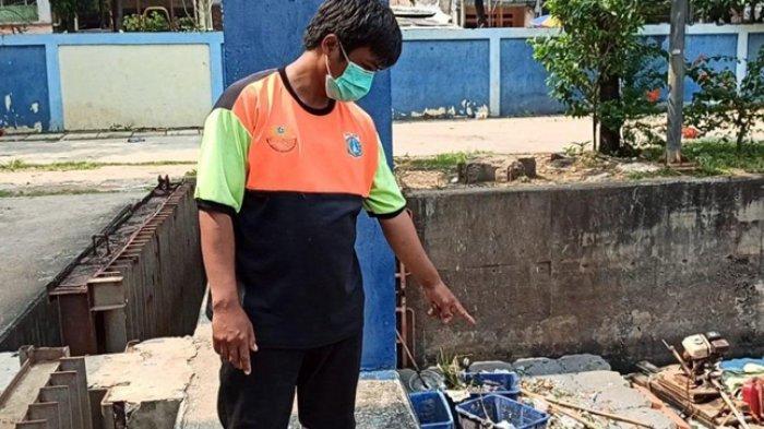 Dikira Boneka, Ternyata Ini yang Ditemukan Petugas UPK Badan Air Saat Bersihkan Kali Sunter