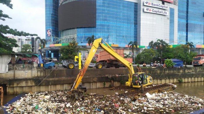 Dampak Curah Hujan Tinggi, Volume Sampah di 2 Kali Jakarta Barat Meningkat
