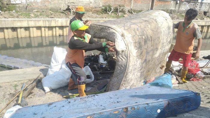 Bulan Ramadan, Petugas UPK Badan Air Temukan Sebanyak 10 Kasur Mengambang di Kali Jakarta Barat