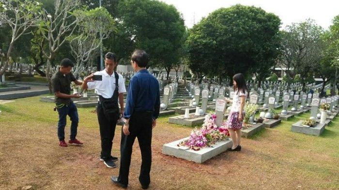 Selesai Berdoa, Peziarah Sempatkan Diri Berfoto di Makam Ani Yudhoyono