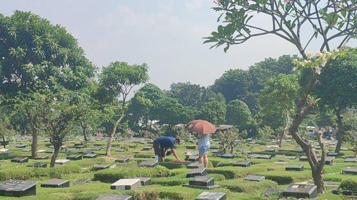 Peziarah masih datang ke TPU Pondok Kelapa, Duren Sawit, Jakarta Timur pada hari pertama pelarangan ziarah kubur, Rabu (12/5/2021)