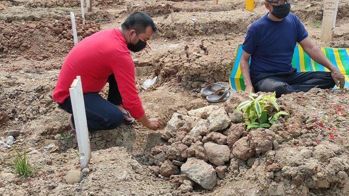 Pusara Ibunda di TPU Rorotan Ambles, Ahmad Kumpulkan Bebatuan Rapikan Bagian Makam yang Rusak