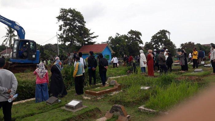 Suasana peziarah yang menyaksikan jenazah Covid-19 dimakamkan di TPU Srengseng Sawah, Jagakarsa, Jakarta Selatan pada Rabu (20/1/2021).