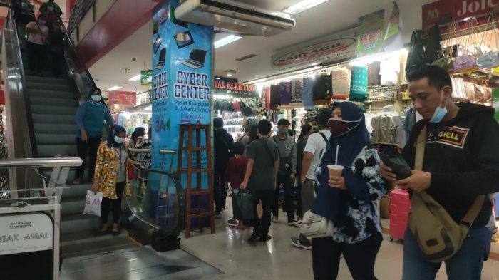 Suasana di PGC, Kramat Jati, Jakarta Timur yang semakin ramai didatangi pengunjung, Sabtu (8/5/2021).