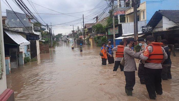 Banjir merendam pemukiman warga Perumahan PGP Jatiasih, Kota Bekasi akibat luapan Kali Bekasi, Jumat (19/2/2021).