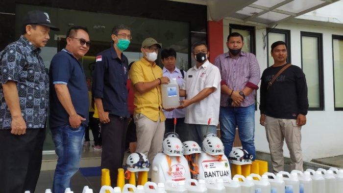 Pilar Saga Ichsan Muncul di Tangsel, Bagikan 100 Liter Disinfektan untuk Pencegahan Covid-19