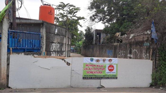 Melihat 'Lockdown Lokal' Kampung Jaha Jatiasih Bekasi, Hanya Sisakan Satu Akses Jalan Masuk - pintu-masuk-akses-ke-kampung-jaha-ditutup.jpg