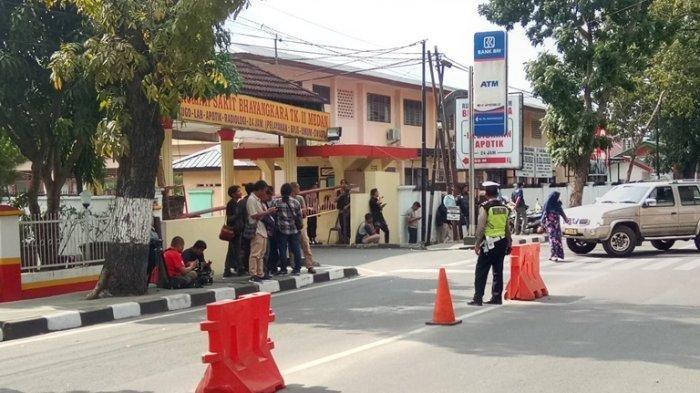 2 Jasad Terduga Teroris Dibawa ke RS Bhayangkara Medan, Penjagaan Diperketat dan Pintu Masuk Ditutup