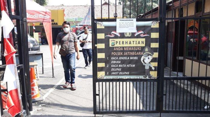 Tampak pemberitahuan bukti vaksinasi Covid-19 jadi syarat warga saat hendak membuat laporan kehilangan dan SKCK di Polsek Jatinegara, Jakarta Timur, Jumat (30/7/2021).
