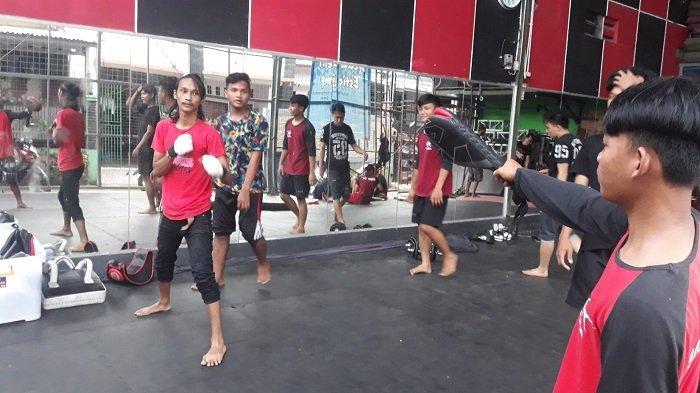 Anggota Komunitas Piranha Stunt Indonesia sedang mengambil ancang-ancang untuk menendang di ruang studio Komunitas Piranha Stunt Indonesia di Kawasan Cilodong, Depok, Jawa Barat pada Kamis (8/4/2021).