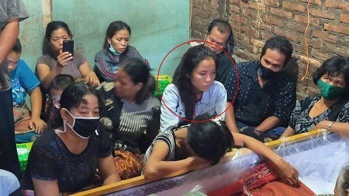 Tangis Istri Korban Bripka CS Terus Peluk Foto Suami di Pemakaman: Aku Menyayangimu Suamiku