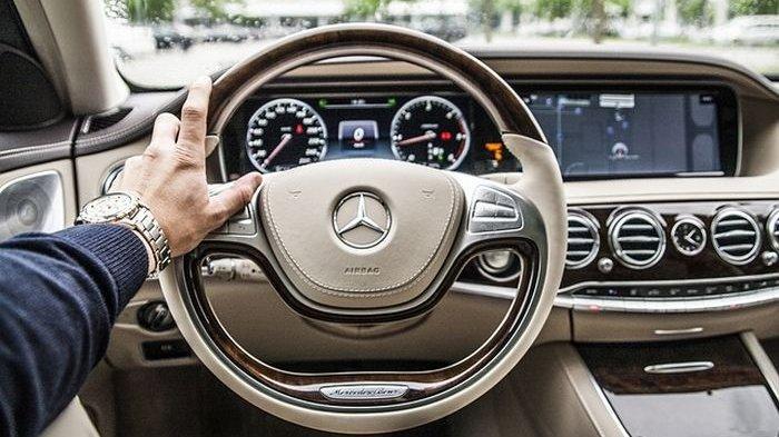 Ilustrasi mengendarai mobil mewah