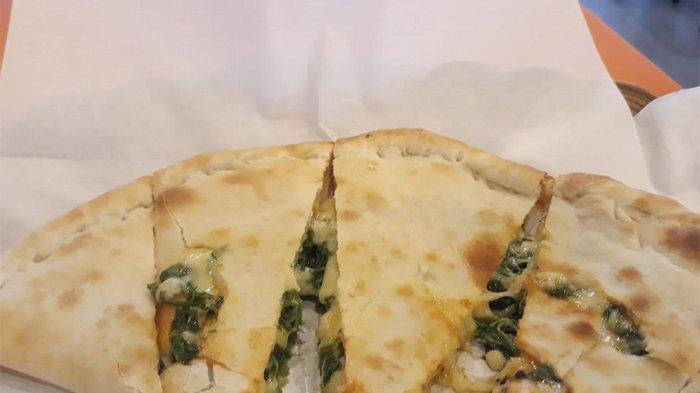 Ingin Icipi Kuliner Pizza yang Berbeda? Yuk Cobain Pizza Isi Bayam!