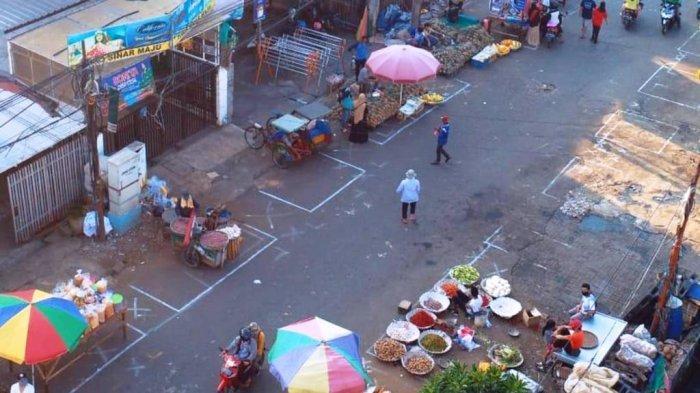 Pedagang Kaki Lima di Pasar Anyar Tangerang Terapkan Jaga Jarak Saat Berjualan