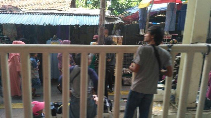 Masih Ada PKL Berjualan di Trotoar Sekitar JPM Tanah Abang