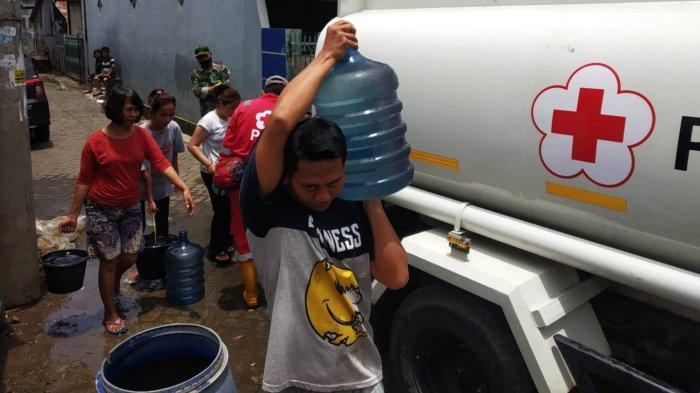 Palang Merah Indonesia (PMI) Kota Tangerang mendistribusikan 10 ribu liter air bersih kepada korban banjir di bilangan Kampung Pulo Indah, Petir, Kecamatan Cipondoh, Kota Tangerang, Senin (22/2/2021).