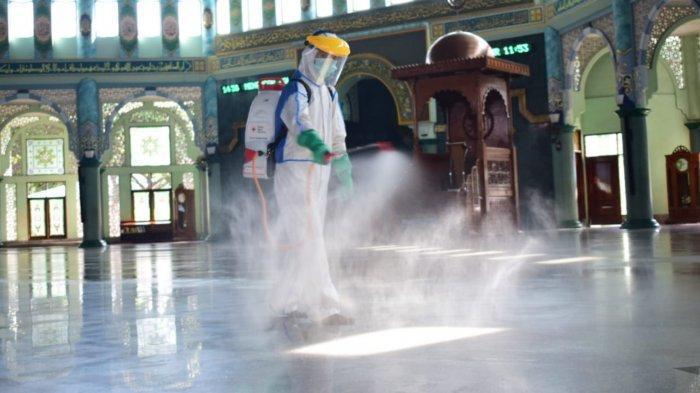 Segera Dibuka, Masjid Raya Al-Azhom Tangerang dan Rumah Ibadah Lain Disemprot Disinfektan