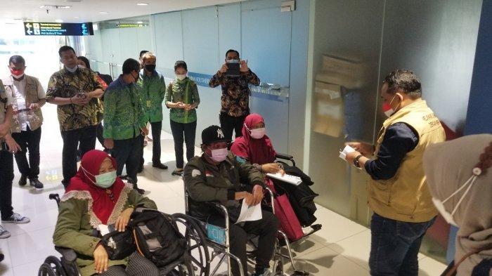 Tiga Pekerja Migran Indonesia (PMI) dipulangkan ke Indonesia melalui Bandara Soekarno-Hatta lantaran terkena musibah dan sakit cukup serius, Jumat (19/2/2021).
