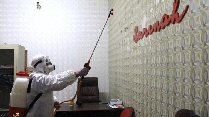 Sejumlah petugas Palang Merah Indonesia (PMI) Jakarta Pusat menyemprotkan cairan disinfektan di Museum Gajah dan Gedung Sarinah, Kamis (17/12/2020).
