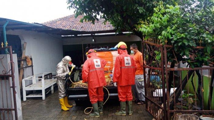 PMI Kota Tangerang melakukan penyemprotan disinfektan diwilayah Kecamatan Cipondoh, Kota Tangerang, Minggu (24/1/2021).