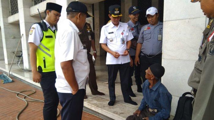 BREAKING NEWS Sempat Tidur di Emperan, 53 PMKS Dipindahkan ke GOR Tanah Abang