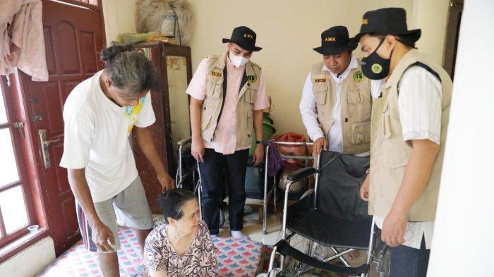 Jelang Lebaran, AMK Jabar Bagikan Kursi Roda untuk Lansia di Bogor