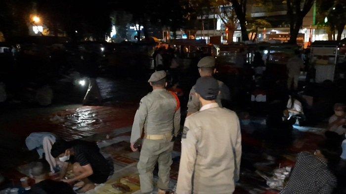 Kasus Covid-19 Meningkat, Polisi Batasi Operasional Pedagang di Alun-alun Bekasi