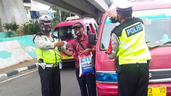 Operasi Zebra di Jakarta Barat, Polisi Bagikan Sembako hingga Pakaian ke Pengendara Disiplin