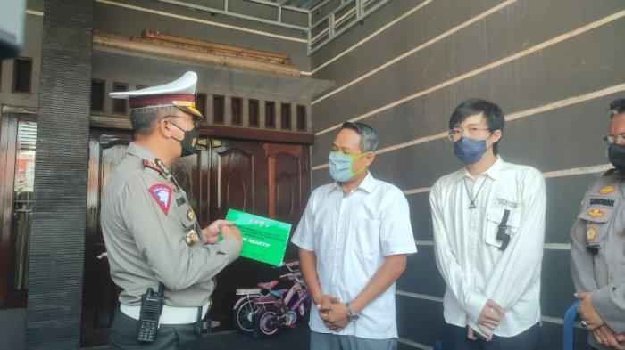 Dirlantas Polda Metro Jaya Bersama dr Tirta Kunjungi Kampung Tangguh Jaya, Gelar Swab Test Gratis