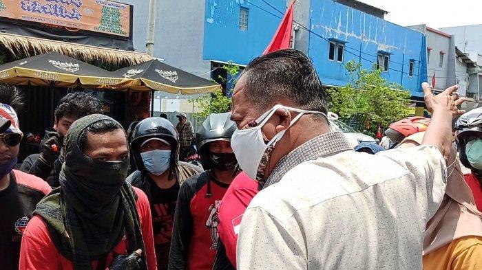 Polisi dan buruh sempat adu argumen saat para buruh hendak konvoi dalam aksi unjuk rasa penolakan omnibus law UU Cipta Kerja, Selasa (6/10/2020), di Jalan Sulawesi, Tanjung Priok, Jakarta Utara.
