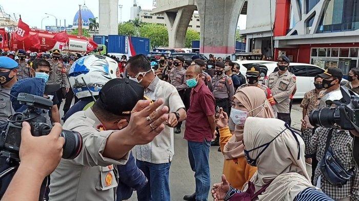 Konvoi Massa Buruh dari Tanjung Priok Sempat Dicegat Petugas hingga Adu Argumen