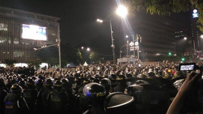 Sempat Memanas, Massa Aksi di Depan Gedung Bawaslu Bubarkan Diri dan Salami Polisi
