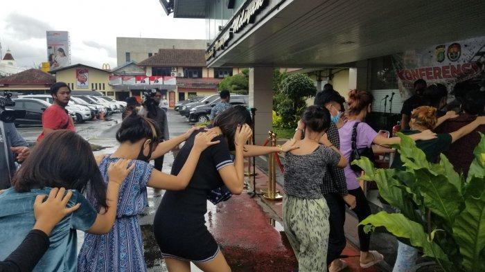 Belasan remaja wanita yang diamankan Polres Metro Tangerang Kota karena terjebak dalam praktik prostitusi disebuah apartemen yang berlokasi dengan Bandara Soekarno-Hatta, Senin (8/3/2021).