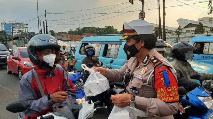 Bagikan Takjil, Satlantas Polrestro Jakarta Timur Sasar Pengedara di Lampu Merah Halim Lama dan PGC - polisi-bagi2-takjil-1.jpg