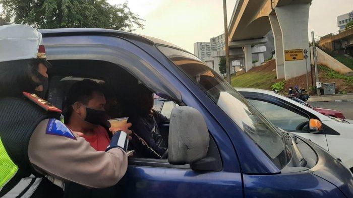 Bagikan Takjil, Satlantas Polrestro Jakarta Timur Sasar Pengedara di Lampu Merah Halim Lama dan PGC - polisi-bagi2-takjil-2.jpg