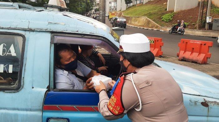 Bagikan Takjil, Satlantas Polrestro Jakarta Timur Sasar Pengedara di Lampu Merah Halim Lama dan PGC - polisi-bagi2-takjil-3.jpg