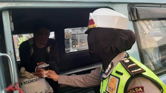 Bagikan Takjil, Satlantas Polrestro Jakarta Timur Sasar Pengedara di Lampu Merah Halim Lama dan PGC - polisi-bagi2-takjil.jpg