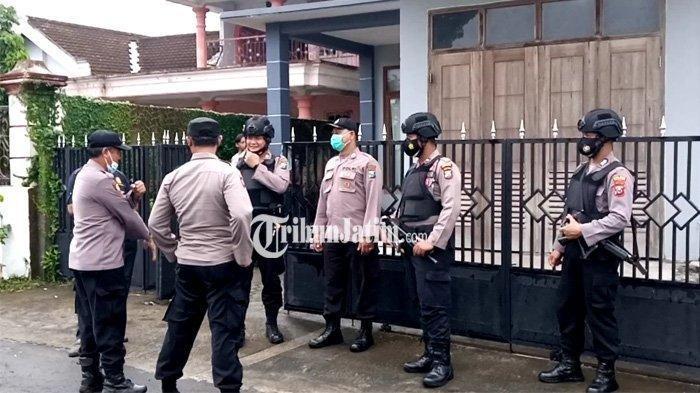 Abu Umar Terpukul Menantunya Ditangkap Densus 88 Hingga Temuan Pistol dan Senjata Tajam