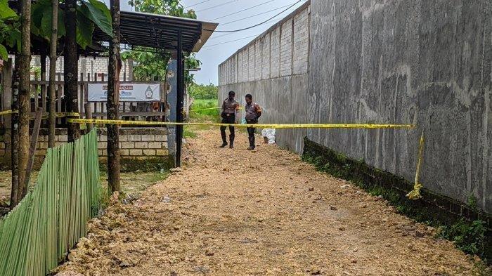 Polisi berjaga di TKP pembunuhan satu anggota keluarga di Padepokan Seni Ongkojoyo, Desa Turusgede, Kecamatan Rembang, Kamis (4/2/2021).