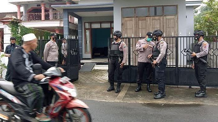 Polisi berjaga di TKP penangkapan seseorang terduga teroris oleh Densus 88 di Desa Tenggur, Kecamatan Rejotangan, Kabupaten Tulungagung, Selasa (30/3/2021).