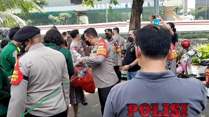 Demo di KPK Berakhir, Massa BEM SI dan Polisi Pungut Sampah Bareng