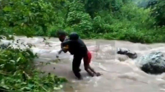 Seorang Polisi Masih Pakai Seragam Dinas Gendong Mayat Korban Kecelakaan Terjang Derasnya Air Sungai