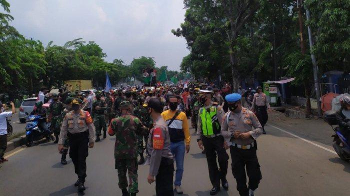Polisi Halau Ribuan Buruh di Daan Mogot Kota Tangerang yangIngin Bertolak ke Jakarta